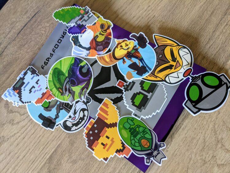 Ratchet & Clank: Rift Apart, unboxing press kit - les stickers !